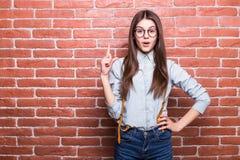 Portrait de belle fille dans des vêtements sport révélant le signe, regardant in camera Photo stock