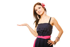 Portrait de belle fille dans la paume ouverte de style d'été Photographie stock libre de droits