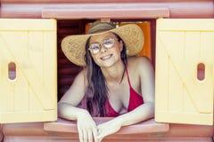 Portrait de belle fille dans le bikini avec des lunettes de soleil Photographie stock