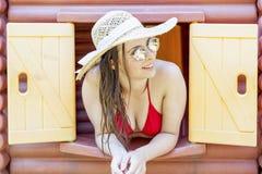 Portrait de belle fille dans le bikini avec des lunettes de soleil Image libre de droits