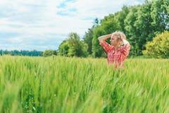 Portrait de belle fille dans le domaine vert Images libres de droits