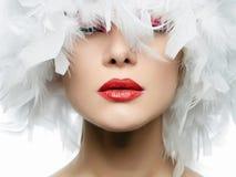 Portrait de belle fille dans les plumes blanches Photographie stock