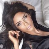 Portrait de belle fille de brune avec le maquillage parfait. Image libre de droits
