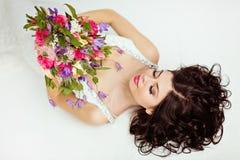 Portrait de belle fille de brune dans un esprit blanc de robe de filet Photo libre de droits