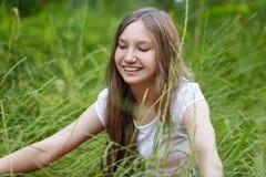 Portrait de belle fille de l'adolescence sur l'herbe Image libre de droits