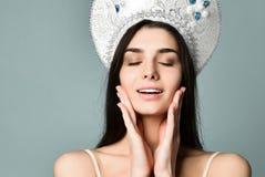 Portrait de belle fille mignonne dans le chapeau de kokoshnik envoyant le baiser de soufflement avec des lèvres de tacaud regarda photographie stock