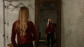 Portrait de belle fille posant près du miroir à la maison banque de vidéos