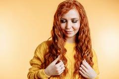 Portrait de belle fille rousse avec de longs cheveux image stock