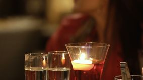 Portrait de belle fille se reposant près de la table de décoration dans le restaurant clips vidéos