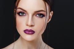 Portrait de belle fille sexy avec le plan rapproché lumineux de maquillage Photographie stock