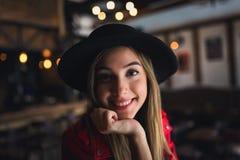 Portrait de belle fille urbaine dans le club de café culture moderne de la jeunesse photographie stock
