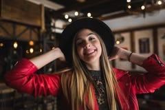 Portrait de belle fille urbaine dans le club de café culture moderne de la jeunesse images stock