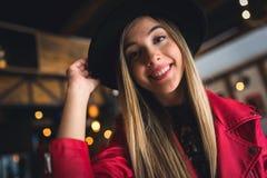 Portrait de belle fille urbaine dans le club de café culture moderne de la jeunesse images libres de droits