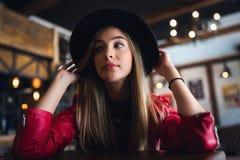 Portrait de belle fille urbaine dans le club de café culture moderne de la jeunesse photo stock
