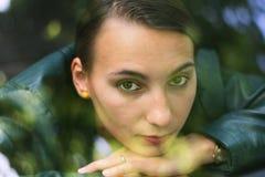 Portrait de belle fille vu par le pare-brise Photos stock