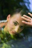 Portrait de belle fille vu par le pare-brise Photos libres de droits