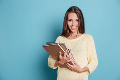 Portrait de belle jeune brune avec des carnets Photos stock