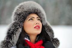 Portrait de belle jeune femelle en tissu luxueux de tête de fourrure image libre de droits