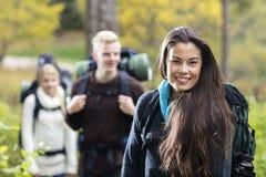 Portrait de belle jeune femme augmentant dans la forêt Photos stock