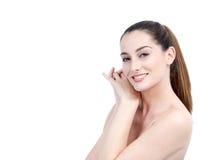 Portrait de belle jeune femme avec de longs cheveux de Brown regardant a Image stock