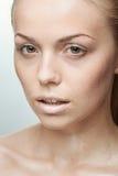 Portrait de belle jeune femme avec des gouttes de l'eau Photos stock