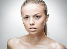 Portrait de belle jeune femme avec des gouttes de l'eau Photos libres de droits