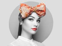 Portrait de belle jeune femme avec l'arc Photo stock