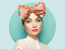 Portrait de belle jeune femme avec l'arc Photos libres de droits