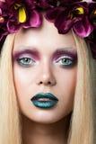 Portrait de belle jeune femme avec la guirlande Photo stock