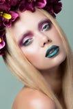 Portrait de belle jeune femme avec la guirlande Photographie stock libre de droits