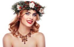 Portrait de belle jeune femme avec la guirlande de Noël Image libre de droits