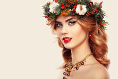 Portrait de belle jeune femme avec la guirlande de Noël Photo libre de droits