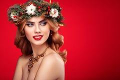 Portrait de belle jeune femme avec la guirlande de Noël Images libres de droits