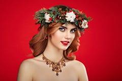 Portrait de belle jeune femme avec la guirlande de Noël Photographie stock