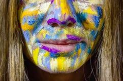 Portrait de belle jeune femme avec la peinture à l'huile sur le visage image stock