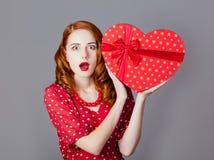 Portrait de belle jeune femme avec le cadeau en forme de coeur sur Images stock