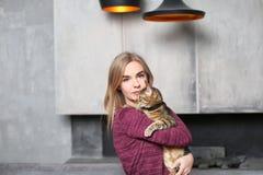 Portrait de belle jeune femme avec le chat mignon Image libre de droits