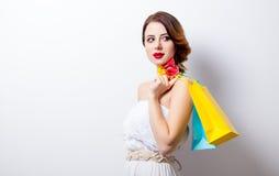 Portrait de belle jeune femme avec les paniers colorés dessus Photographie stock