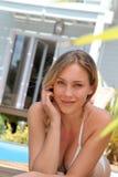Portrait de belle jeune femme dans le maillot de bain Photos stock