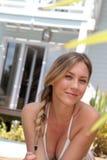 Portrait de belle jeune femme dans le maillot de bain Photographie stock libre de droits