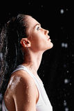 Portrait de belle jeune femme dans le studio de l'eau Vue de profil Photos libres de droits