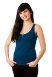 Portrait de belle jeune femme dans le T-shirt bleu image stock