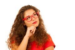 Portrait de belle jeune femme dans le T-shirt et l'isolant rouges de shorts photos libres de droits