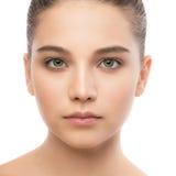 Portrait de belle jeune femme de brune avec le visage propre blanc d'isolement par balai image libre de droits