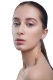 Portrait de belle jeune femme de brune avec le visage propre Fille de modèle de station thermale de beauté avec la peau propre fr Photo libre de droits