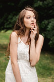 Portrait de belle jeune femme de brune dans la nature Ressort, été cheveux bruns de fille avec des yeux bleus et avec de longs ch Images stock