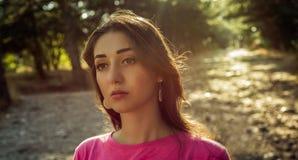 Portrait de belle jeune femme dedans sur le fond du soleil image stock