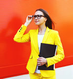 Portrait de belle jeune femme en verres, costume jaune Photo stock