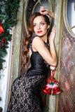 Portrait de belle jeune femme élégante dans la robe de soirée magnifique au-dessus du fond de Noël Photos stock