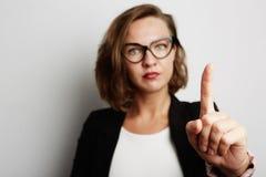 Portrait de belle jeune femme se reposant près du fond blanc Modèle gai attrayant Photo stock